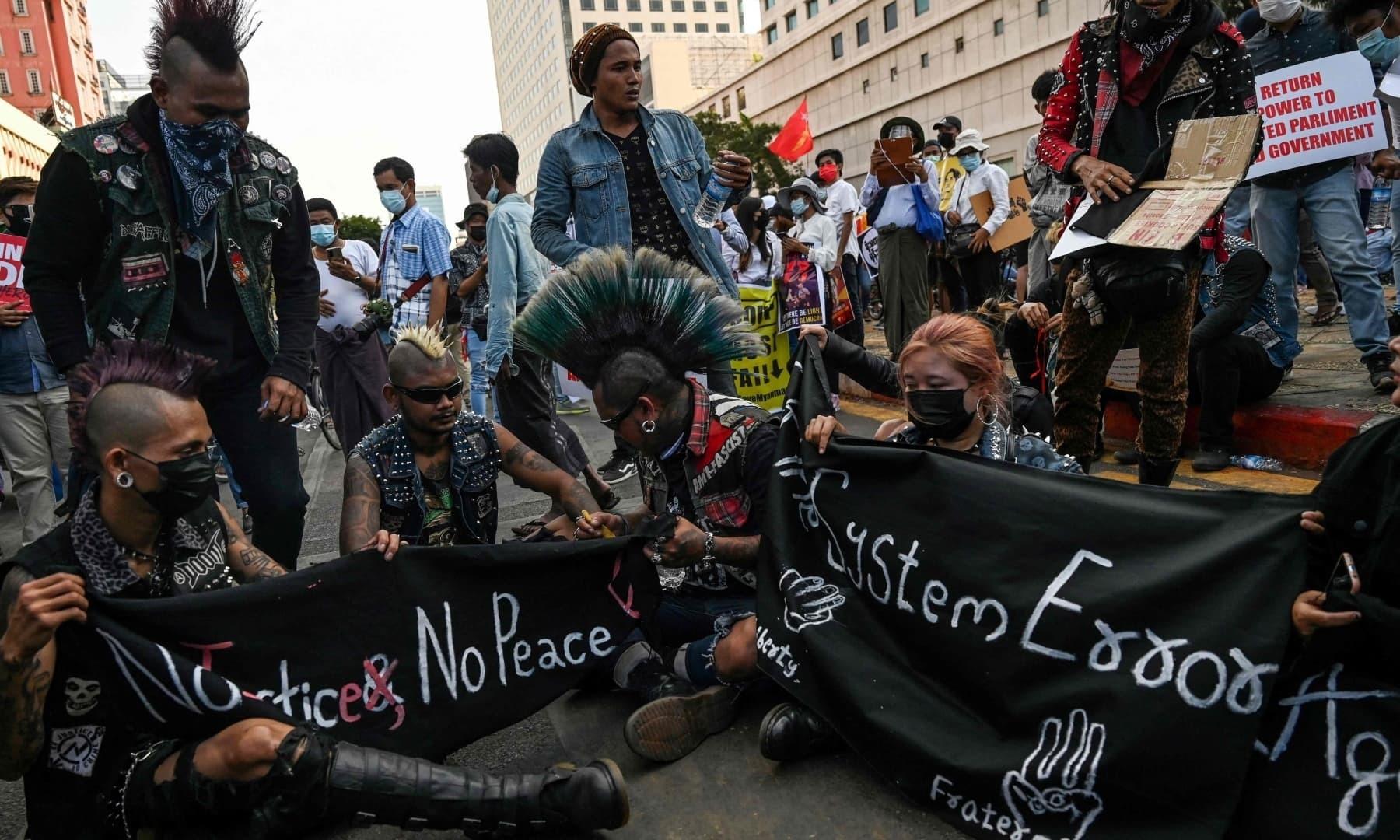 ینگون میں مختلف شعبہ ہائے زندگی سے تعلق رکھنے والے افراد نے فوج کے خلاف مظاہرہ کیا—فوٹو: اے ایف پی