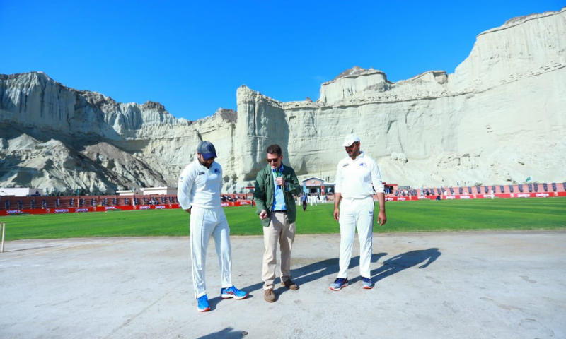 SAPM Zulfiqar Bukhari (L), British HC Christian Turner (C) and PCB Chief Executive Wasim Khan stand during the toss ceremony. — Ministry of Overseas Pakistanis and HRD Twitter account