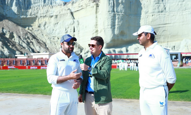 SAPM Zulfiqar Bukhari speaks to British HC Christian Turner after the toss. — Ministry of Overseas Pakistanis and HRD Twitter account