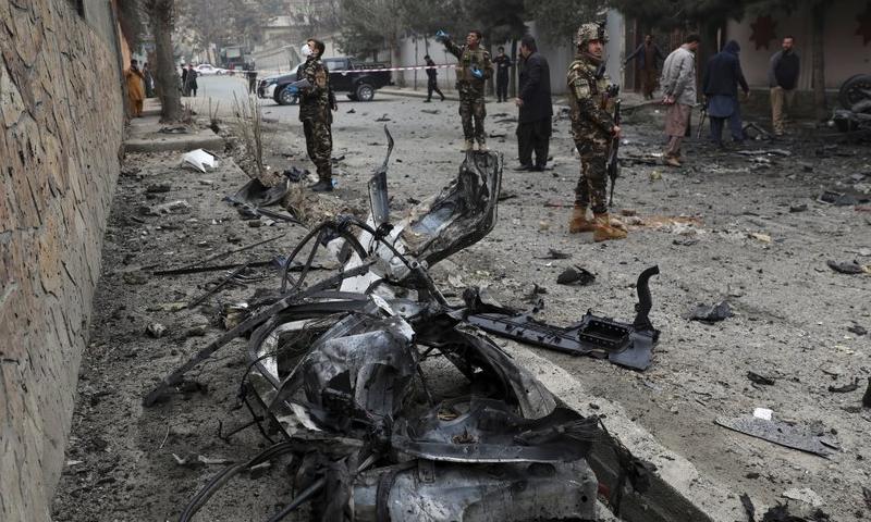 پہلے دو دھماکے 15 منٹ کے فرق سے ہوئے جبکہ تیسرا دو گھنٹے بعد ہوا جس میں پولیس کی گاڑی کو نشانہ بنایا گیا۔ - فوٹو:اے پی