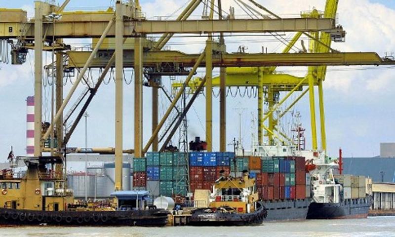 Karachi Port Trust (KPT) handled 739,493 tonnes of total cargo during the week (Feb 16-19). — Dawn/File