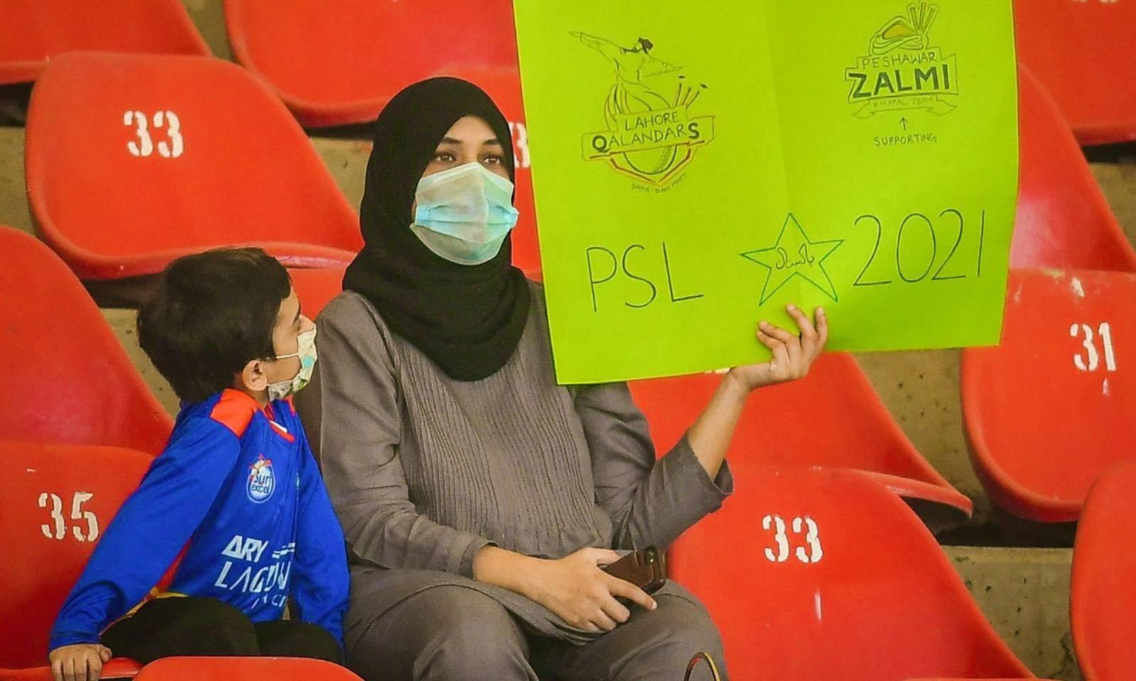 نیشنل اسٹیڈیم کراچی میں تماشائیوں کی محدود تعداد موجود تھی —فوٹو:پی ایس ایل ٹوئٹر