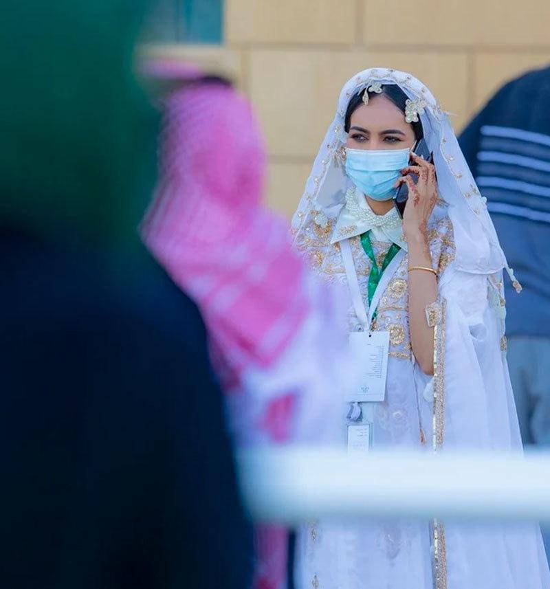 گھڑ دوڑ مقابلوں میں خواتین توجہ کا مرکز رہیں—فوٹو: عرب نیوز