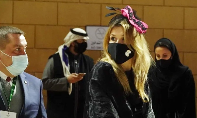 بعض خواتین نے برطانوی گھڑ دوڑ مقابلوں کی طرز کے کیپ بھی پہن رکھے تھے—فوٹو: عرب نیوز