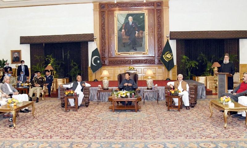 وزیراعظم نے گورنر ہاؤس میں اپنی جماعت کی پارلیمانی پارٹی سے خطاب کیا—تصویر: پی آئی ڈی