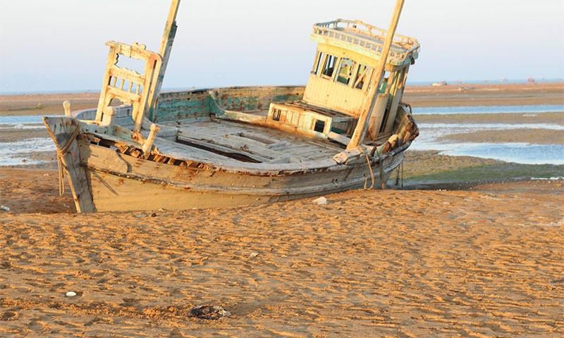 ایک اور کشتی پسنی کے ساحل پر لاوارث کھڑی ہے— تصویر بشکریہ ساجد نور بلوچ