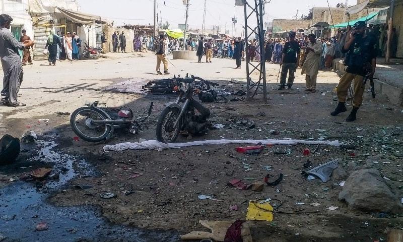دھماکے کے فوراً بعد پولیس اور فرنٹیئر کور کے اہلکار جائے وقوع پر پہنچ گئے —فائل فوٹو: اے ایف پی