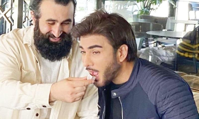 جلال آل کی عمران عباس کو ترک سوغات کھلانے کی تصویر وائرل
