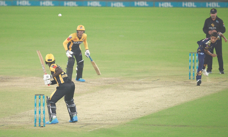 KARACHI: Peshawar Zalmi's Sherfane Rutherford looks on as Quetta Gladiators paceman Mohammad Hasnain bowls a wide which decided the Pakistan Super League match at the National Stadium.—Tahir Jamal / White Star