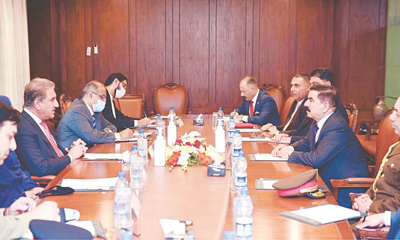 ISLAMABAD: Foreign Minister Shah Mahmood Qureshi exchanges views with an Iraqi delegation, led by Defence Minister Jumma Enad Sadoon, on Friday.—PPI