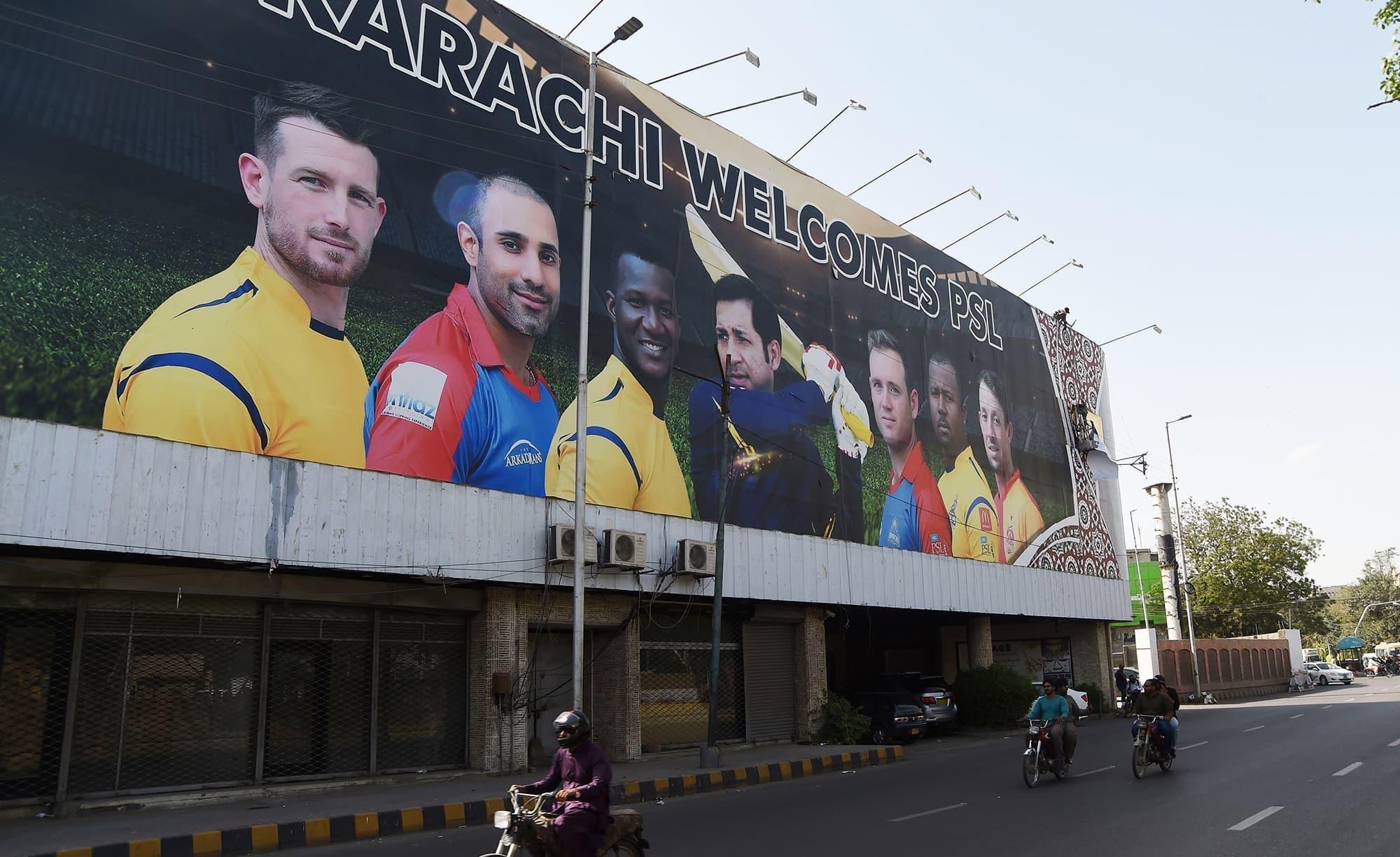 سندھ ہائی کورٹ نے پولیس سربراہ سے نیشنل اسٹیڈیم کے قریب سڑکیں بلاک کرکے عدالت کے حکم کی خلاف ورزی کرنے پر جوابات بھی طلب کیا۔ - فائل فوٹو:اے ایف پی