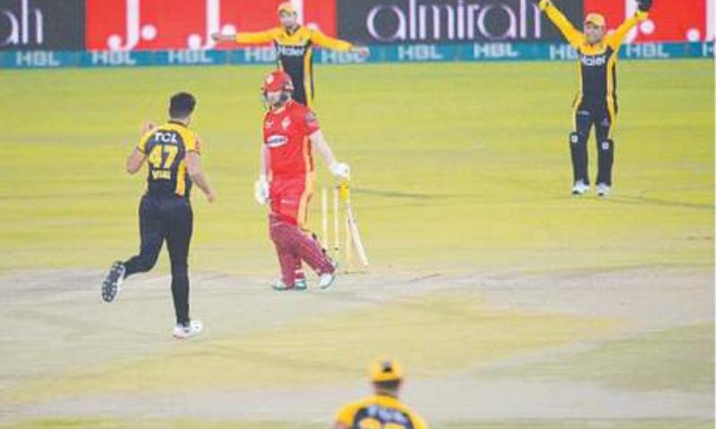 PESHAWAR Zalmi's Wahab Riaz strikes early by bowling Islamabad United's opener Paul Stirling. — Tahir Jamal / White Star