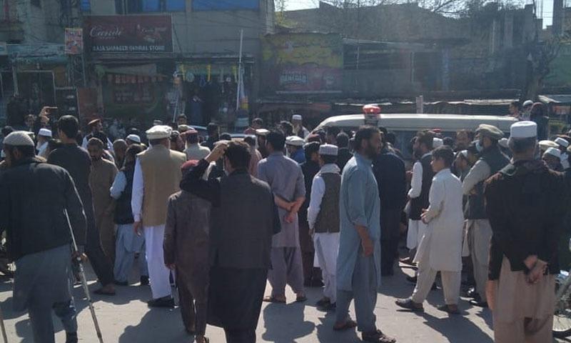 جے یو آئی کے کارکنان نے واقعے کے خلاف احتجاج کیا—تصویر: شکیل قرار