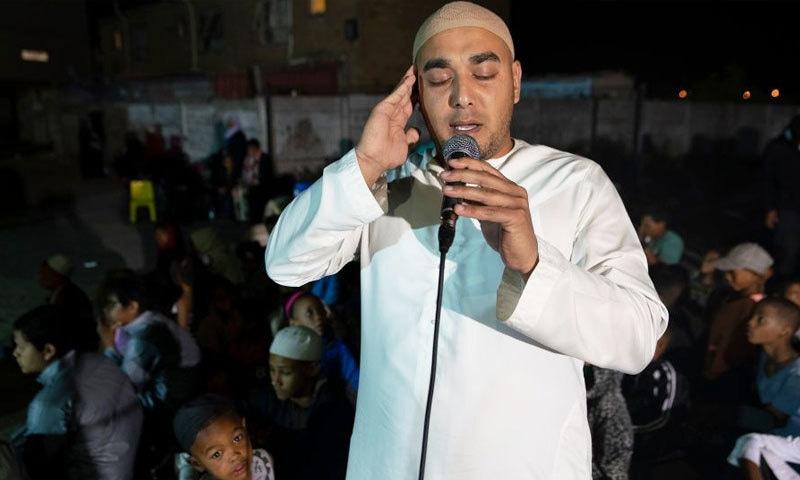ذکر خدا کی مجالس میں علاقے کے نوجوان اور کم عمر افراد بڑی تعداد میں شریک ہوتے ہیں — فوٹو: شیراز محمد/ بی بی سی