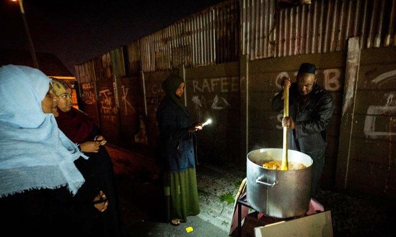 ہر مجلس کے بعد شرکا کو کچھ نہ کچھ غذا کھلائی جاتی ہے—فوٹو: شیراز محمد/ بی بی سی