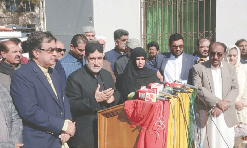 QUETTA: Balochistan National Party-Mengal chief Akhtar Jan Mengal addresses a press conference at MPA Hostel  on Tuesday.—PPI
