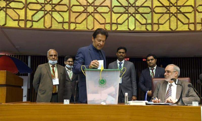 وزیراعظم عمران خان اپنا ووٹ کاسٹ کرتے ہوئے—تصویر: ڈان نیوز
