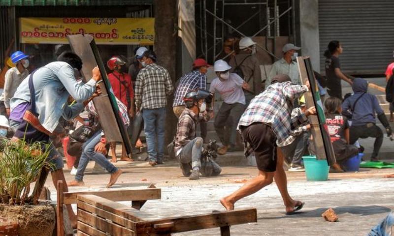 میانمار میں فوجی حکومت کے خلاف احتجاج کا سلسلہ جاری ہے — فوٹو: رائٹرز