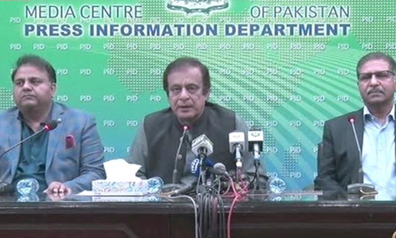 وفاقی وزیر اطلاعات شبلی فراز نے فواد چوہدری کے ہمراہ پریس کانفرنس کی — تصویر: ڈان نیوز