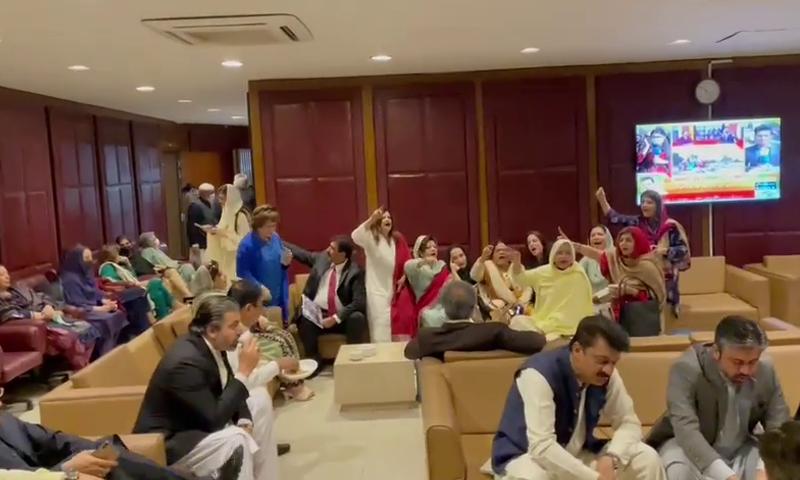 اراکین اسمبلی پارلیمنٹ ہاؤس میں موجود ہیں—تصویر: ڈان نیوز