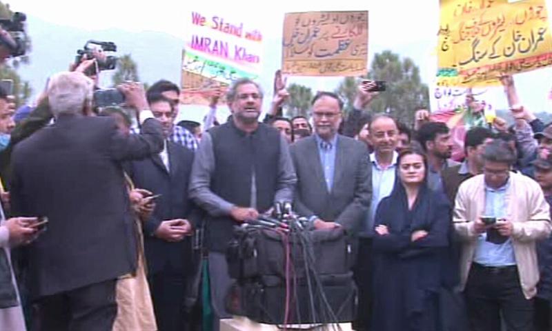 ہم ان غنڈوں اور پارلیمنٹ میں اندر بیٹھے غنڈوں سے ڈرنے والے نہیں ہیں، شاہد خاقان عباسی کی میڈیا سے گفتگو - فوٹو:ڈان نیوز