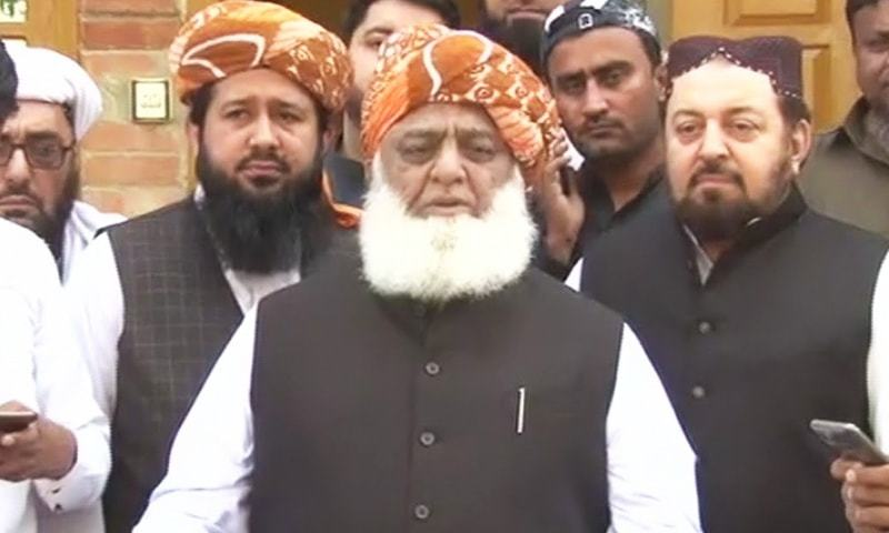 JUI-F chief Maulana Fazlur Rehman speaks to reporters in Sukkur. — DawnNewsTV