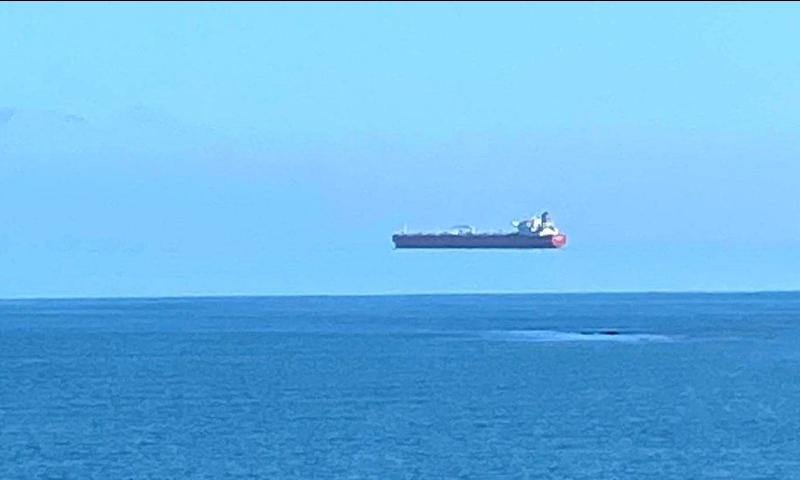 ہوا میں 'اڑتے' بحری جہاز کی تصاویر وائرل