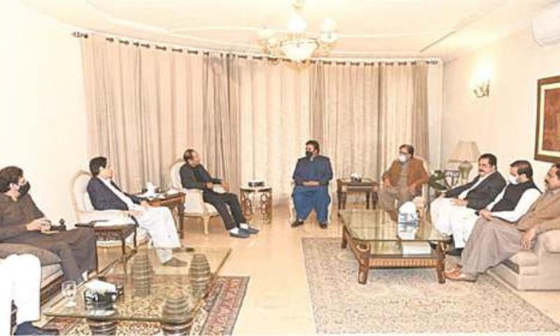 LAHORE: Pakistan Peoples Party chairman Bilawal Bhutto-Zardari speaks to Pakistan Muslim League-Q leaders Chaudhry Shujaat Husain and Chaudhry Pervez Elahi during a meeting on Sunday. — Dawn