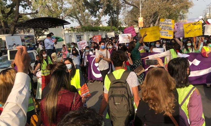 لاہور میں عورت مارچ میں شریک افراد—تصویر: عمران گبول