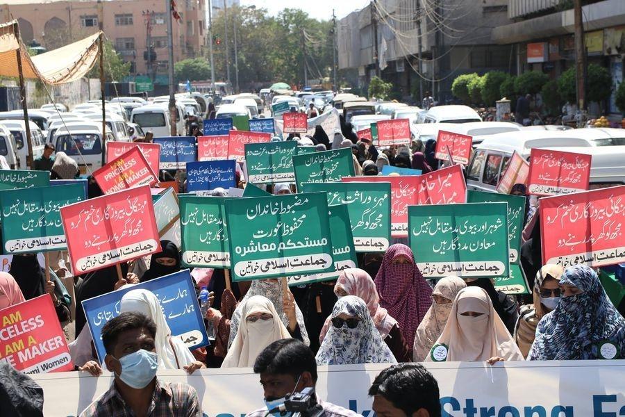 جماعت اسلامی کی خواتین واک کے شرکا—تصویر: فیس بک جماعت اسلامی کراچی