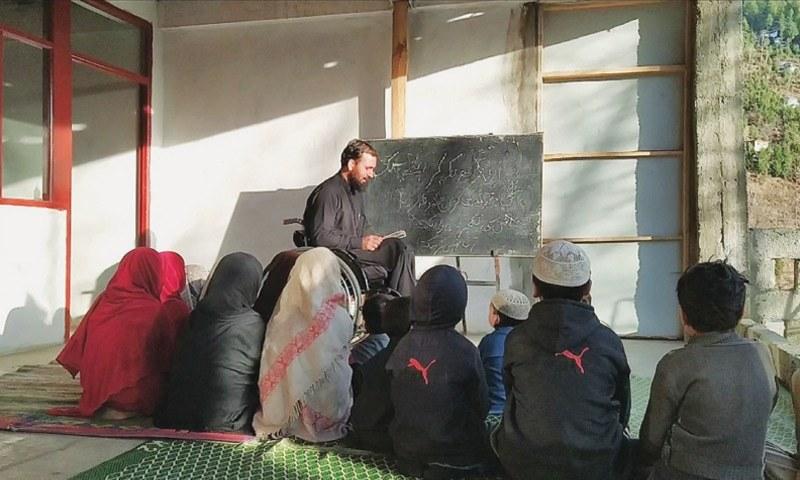 حسین علی اپنے گھر مٰں طلبہ کو پڑھاتے ہوئے