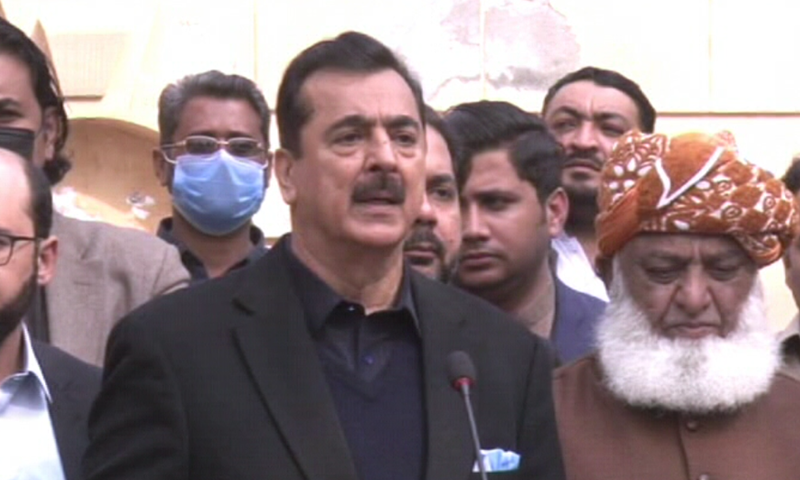 PPP leader and former PM Yousuf Raza Gilani speaks to the media alongside JUI-F chief Maulana Fazlur Rehman outside the latter's residence. — DawnNewsTV/File
