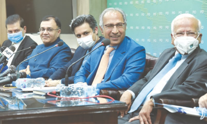 ISLAMABAD: Finance Minister Dr Abdul Hafeez Shaikh, Industries and Production Minister Hammad Azhar, Finance Secretary Kamran Ali Afzal, FBR Chairman Muhammad Javed Ghani and Adviser to the Prime Minister  for Institutional Reforms Dr Ishrat Hussain pictured during a press conference on Tuesday.—Tanveer Shahzad / White Star