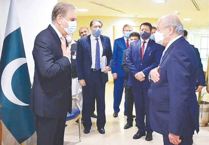 ISLAMABAD: Foreign Minister Shah Mahmood Qureshi welcomes his Uzbek counterpart Dr Abdulaziz Kamilov to the  Foreign Office on Wednesday.—White Star