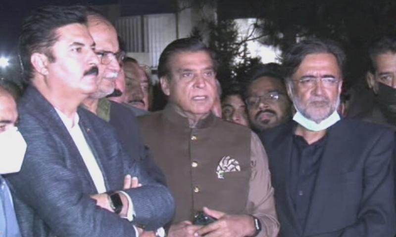 راجا پرویز اشرف نے کہا پی ڈی ایم اس  الیکشن کو مسترد کرتی ہے— فوٹو: ڈان نیوز
