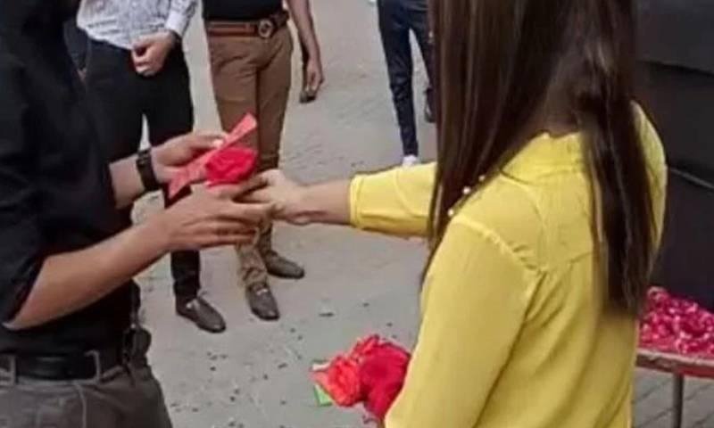 یونیورسٹی آف لاہور نے 'پروپوز' کرنے کی ویڈیو وائرل ہونے پر طلبہ کو نکال دیا