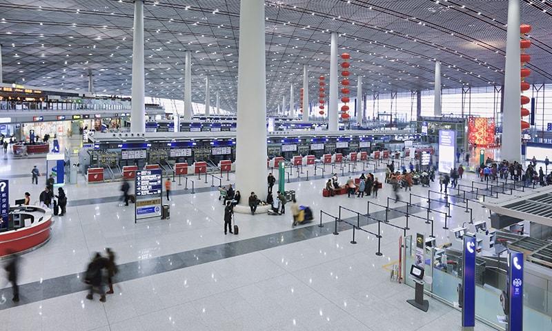 ایئرپورٹ کی عمارت میں داخل ہوئے تو آنکھیں کھلی کی کھلی رہ گئیں—فوٹو: شٹر اسٹاک