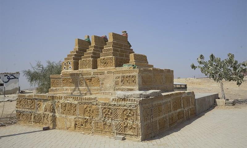 یہاں چوکنڈی کی طرز کی قبریں بھی موجود ہیں— تصویر: اقبال کھتری