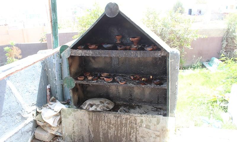 یہاں دیے جلانے کے لیے مخصوص جگہ بنائی گئی ہے— تصویر: ابوبکر شیخ