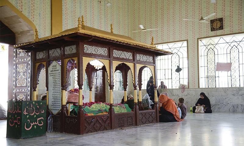 منگھوپیر کی قبر— تصویر: اقبال کھتری