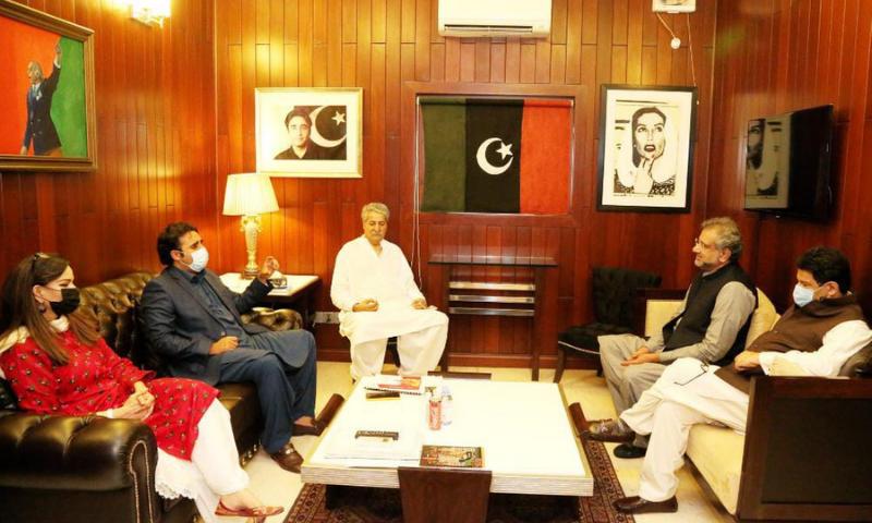 PML-N leader Shahid Khaqan Abbasi meets PPP chairman Bilawal Bhutto-Zardari at Bilawal House on Saturday. — Photo courtesy PPP Media Cell Twitter