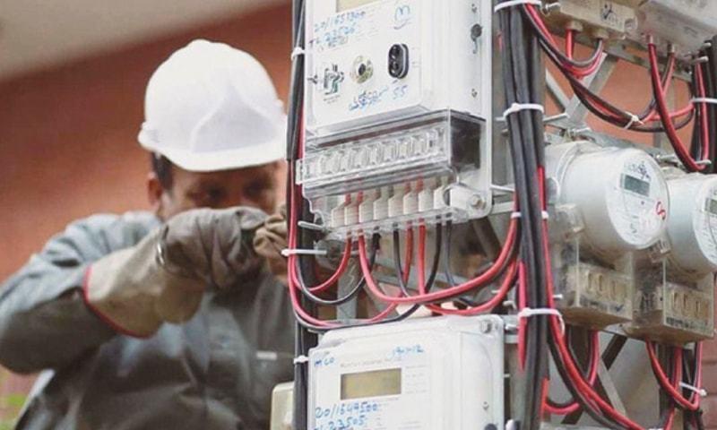 اگر بجلی کے کنکشن کی زیر التوا درخواستوں کو کنکشن فراہم کردیا جائے تو اس سے بھی بجلی کی کھپت بہت زیادہ حد تک بڑھ سکتی ہے—فائل فوٹو