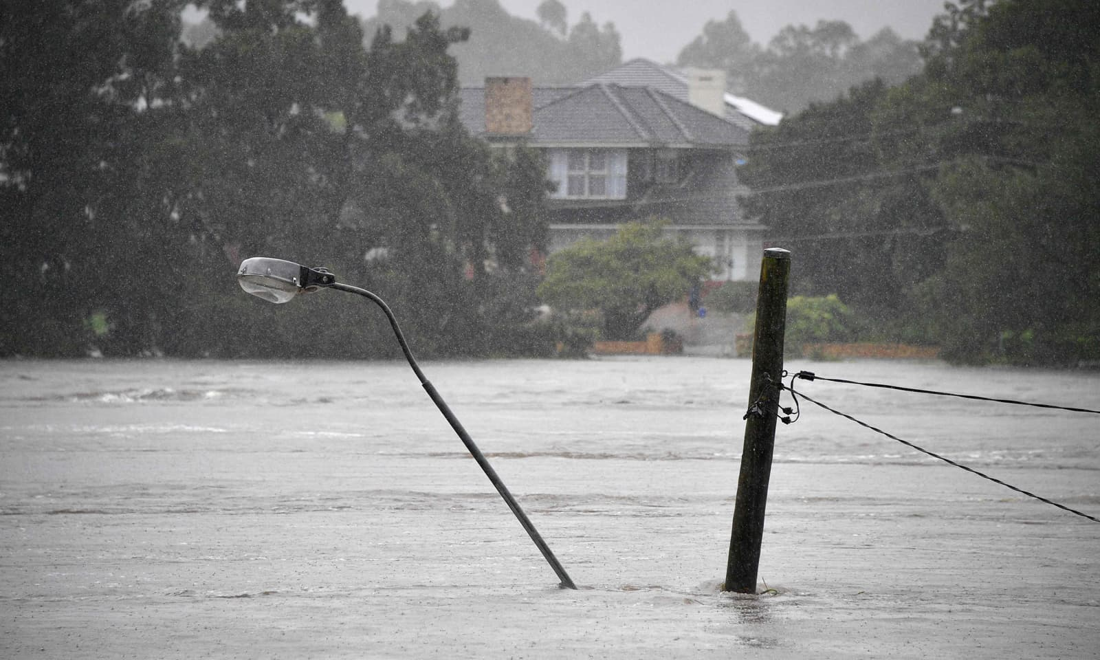 شدید بارشوں اور سیلاب کی وجہ سے کئی مقامات پر بجلی کے کھمبے تک پانی میں ڈوب گئے — اے ایف پی