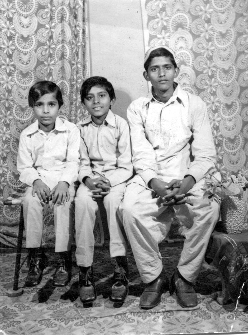 1973ء میں بھائیوں کے ساتھ کھنچوائی گئی پہلی تصویر