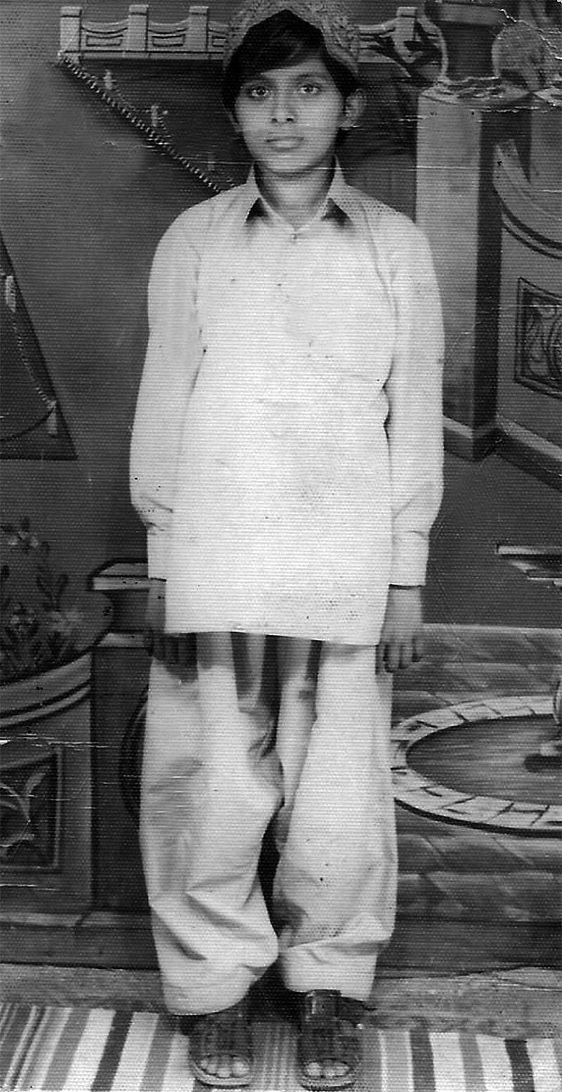 1974ء میں قائدآباد کے حمید اسٹوڈیو میں کھنچوائی گئی میری پہلی اکیلی تصویر