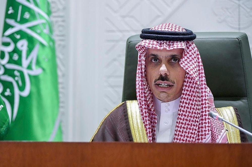سعودی عرب کے وزیر خارجہ شہزادہ فیصل بن فرحان ریاض میں پریس کانفرنس کررہے تھے — فوٹو: اے پی