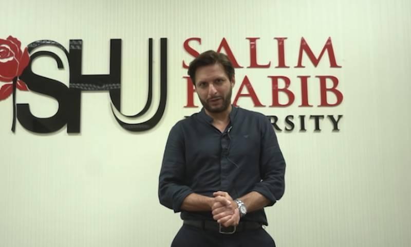 شاہد آفریدی نے  سلیم حبیب یونیورسٹی میں برانڈ ایمبیسڈر کی تقریب کے دوران ایک بیان میں داخلہ لینے کا کہا— فوٹو:ٹوئٹر