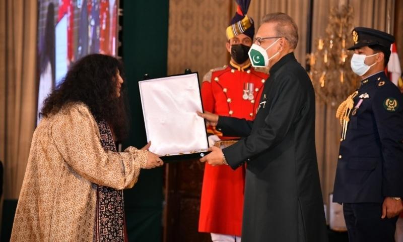 Legendary Sufi singer Abida Parveen is awarded the Nishan-i-Imtiaz by President Arif Alvi. — Photo courtesy: President of Pakistan Twitter