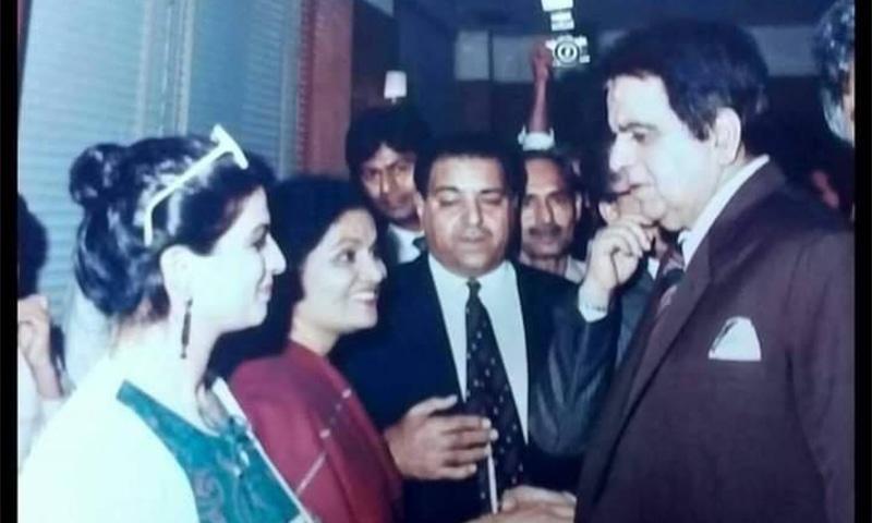 حسینہ معین، دلیپ کمار سے ملاقات کرتے ہوئے