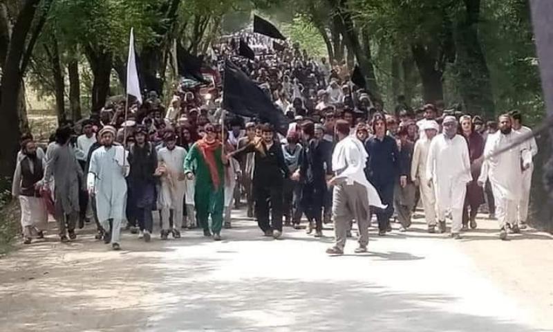 مظاہرین نے لاشوں کے ساتھ اسلام آباد کی طرف مارچ شروع کیا—فوٹو: سراج الدین